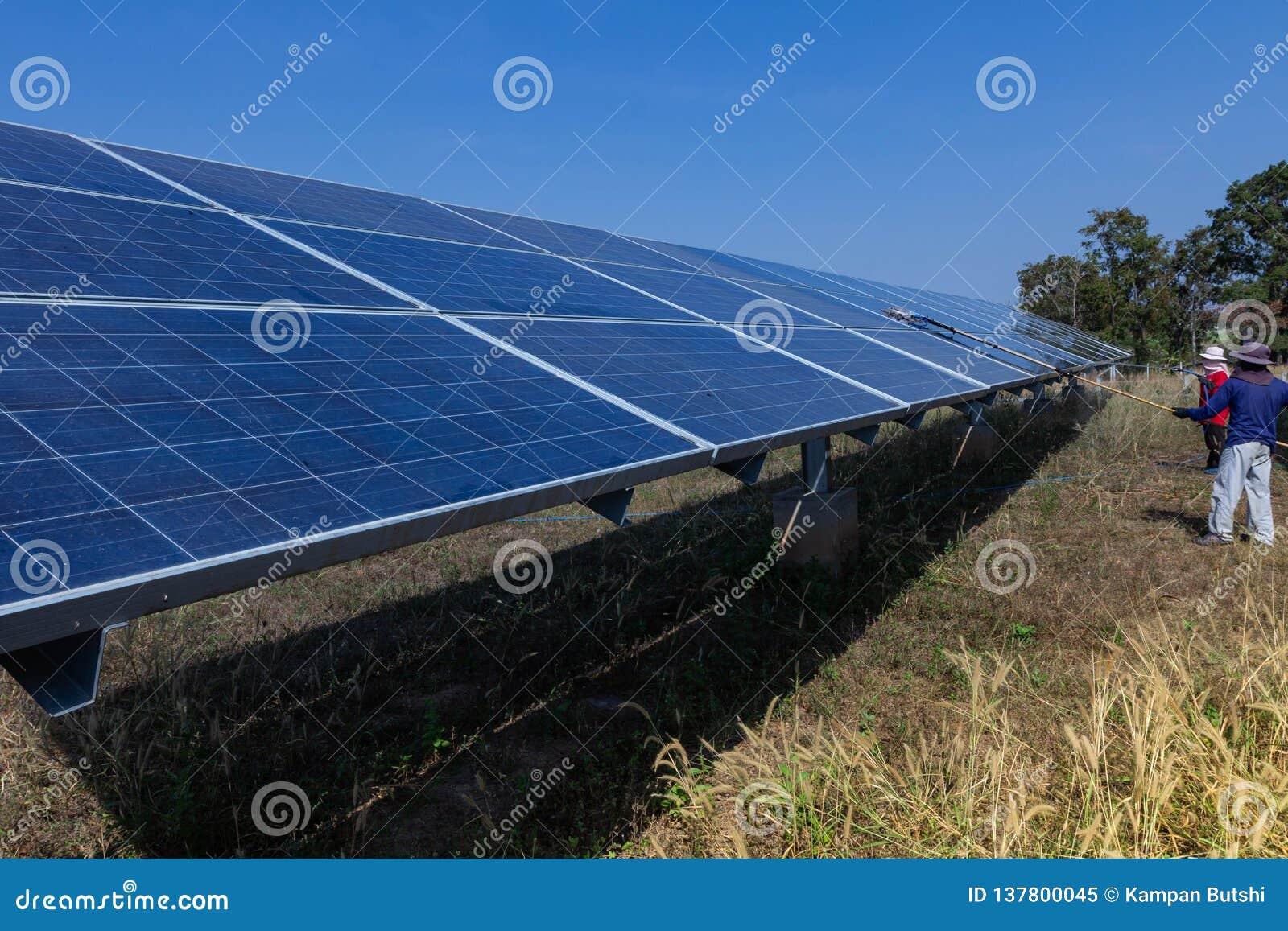 Pannello solare, fonte alternativa di elettricità - concetto delle risorse sostenibili, questo i sistemi di tracciamento del sole