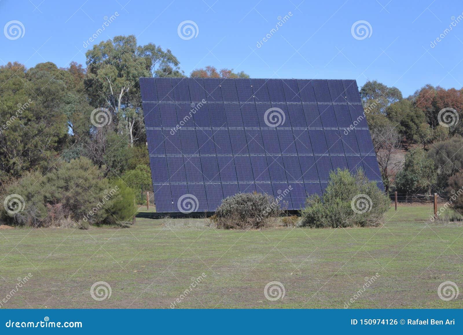 Pannello solare gigante che affronta il sole un giorno soleggiato all aperto