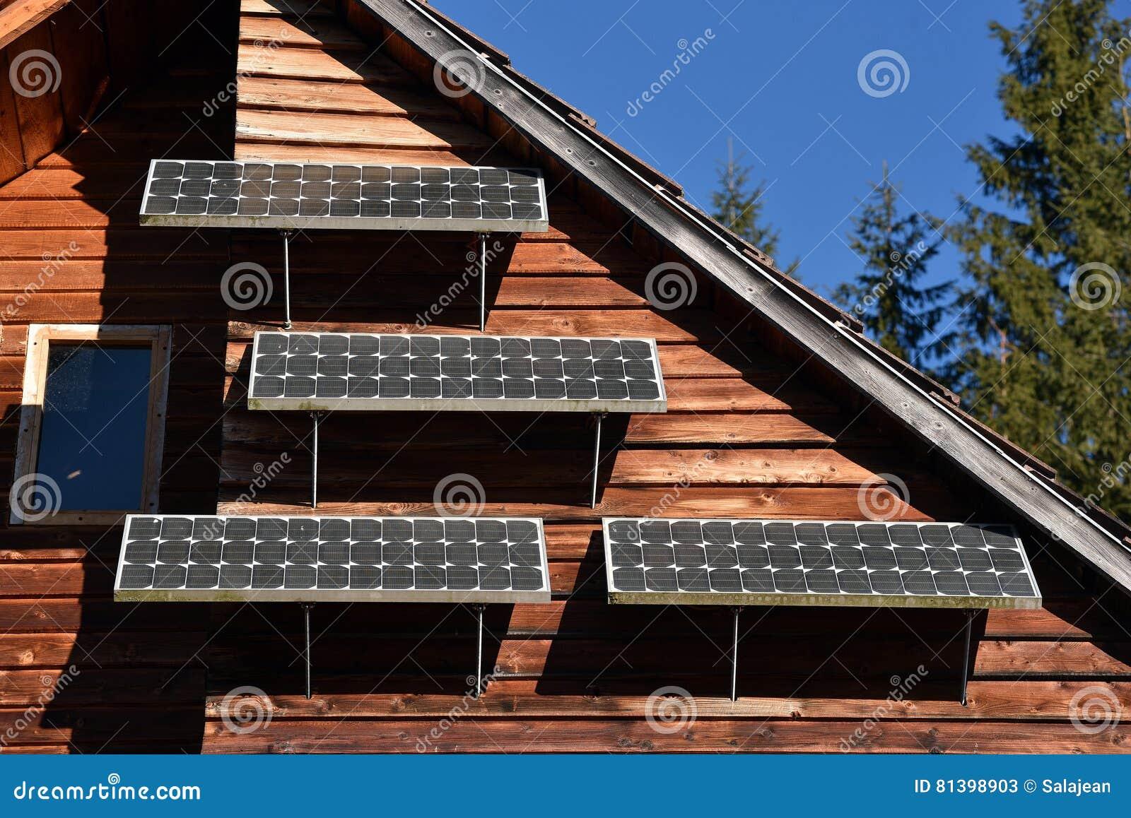 Pannello solare su una casa di legno fotografia stock - Casa in legno su lastrico solare ...