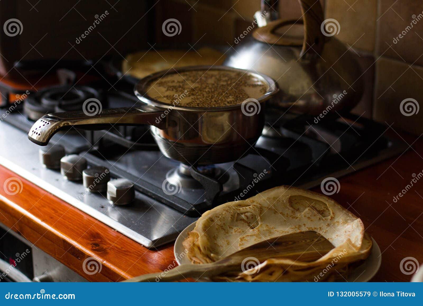 Pannkaka som bakas i en stekpanna, närbild