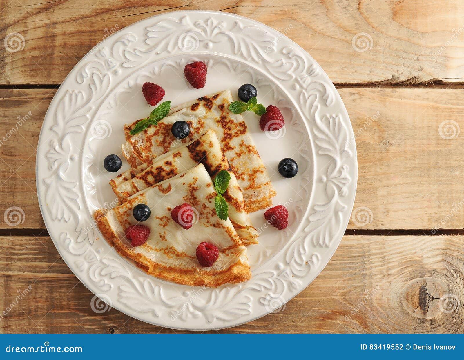 Pannkakor på en platta och bär - hallon och blåbär, M