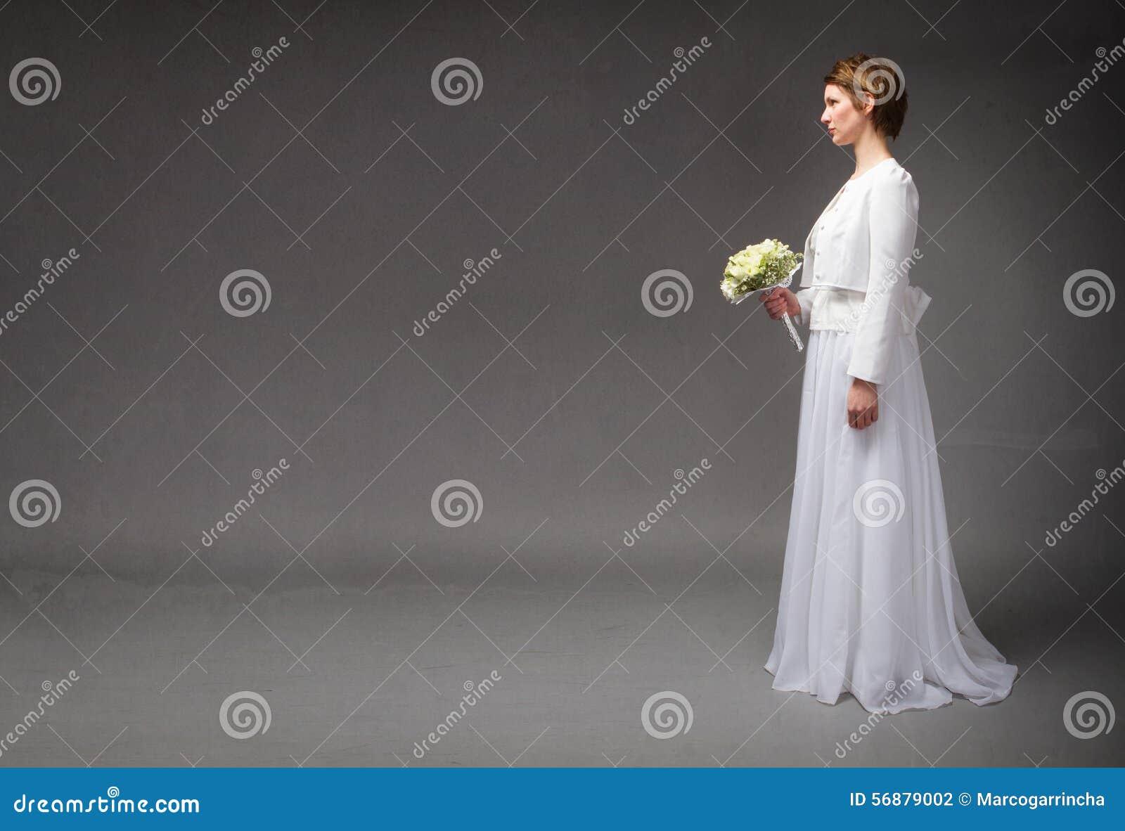 Panny młodej czekanie podczas gdy stojący