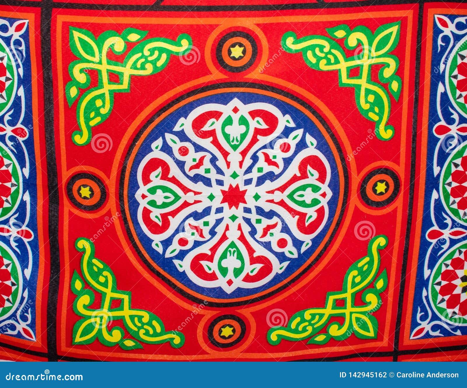 Pano brilhantemente colorido, material na tenda egípcia do mercado
