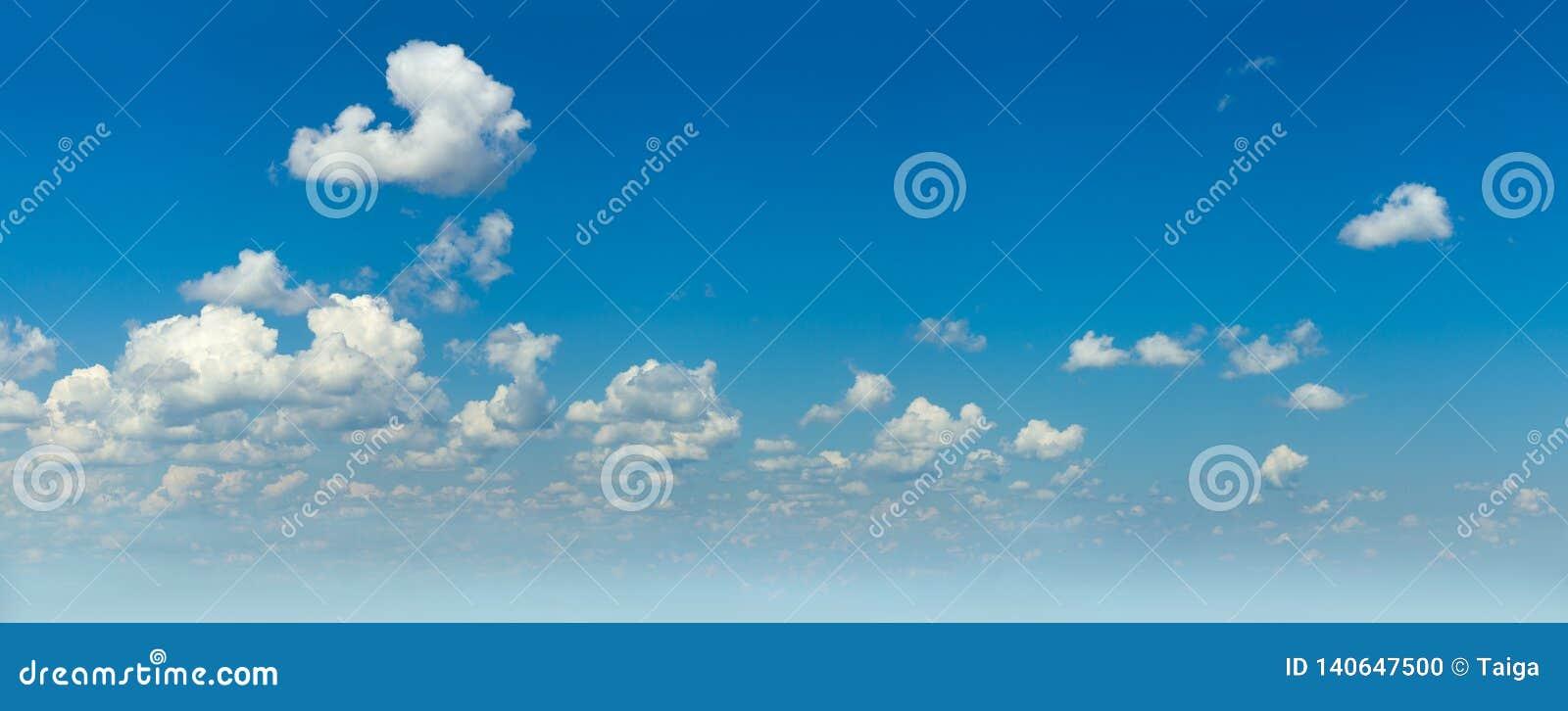Panorâmico do céu azul real e das nuvens claras brancas