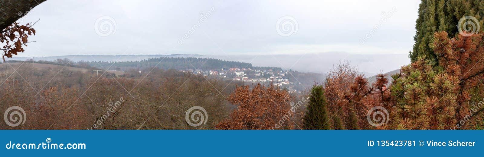 Panoram полей и деревни в langgöns