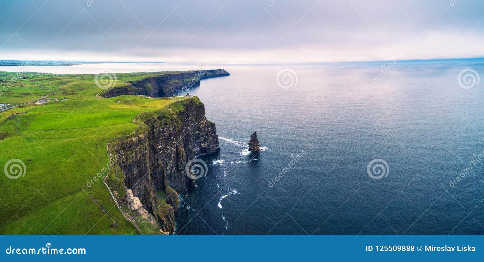 Panorama aéreo dos penhascos cênicos de Moher na Irlanda