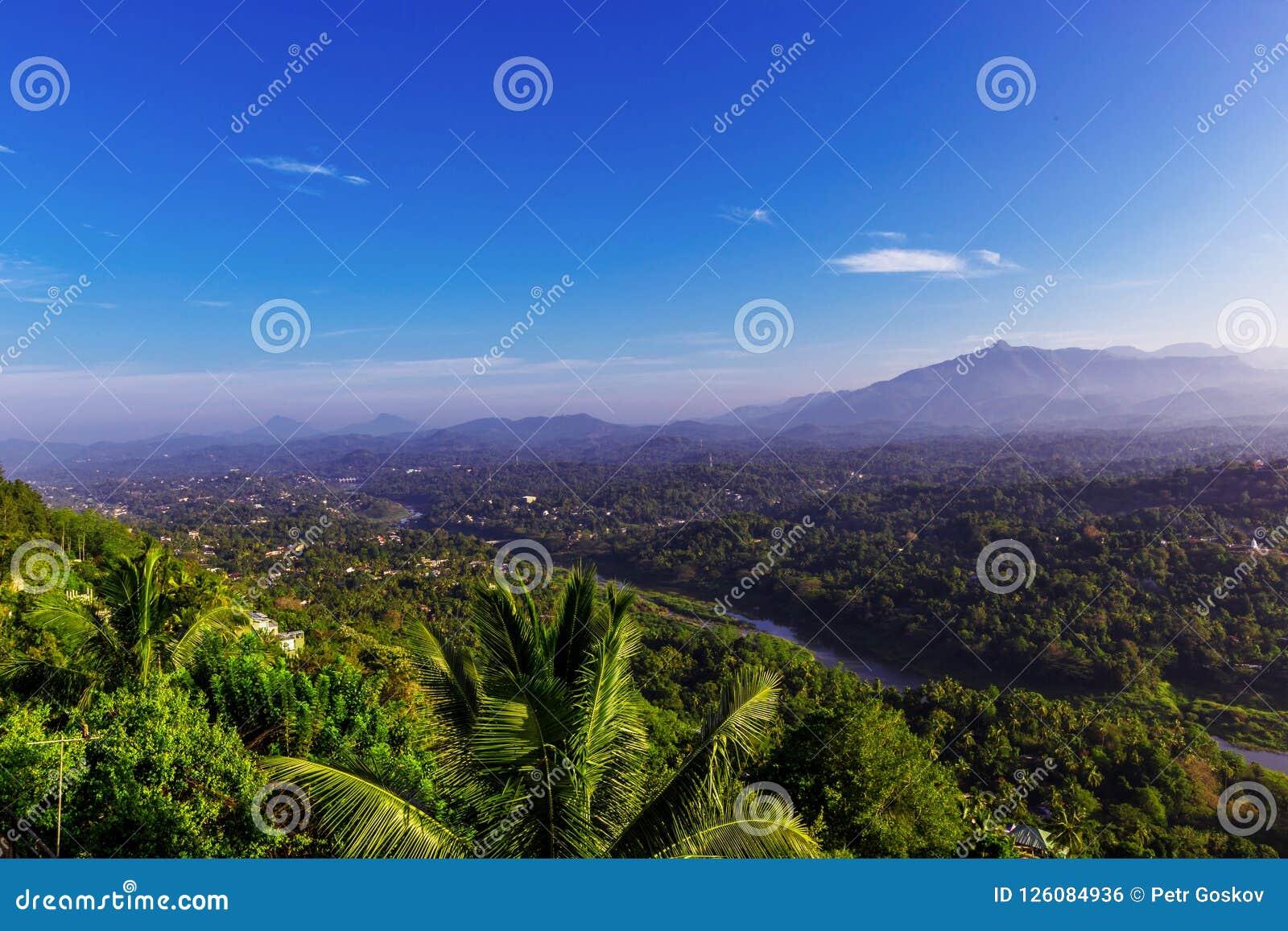 Panorama aéreo nevoento de Kandy
