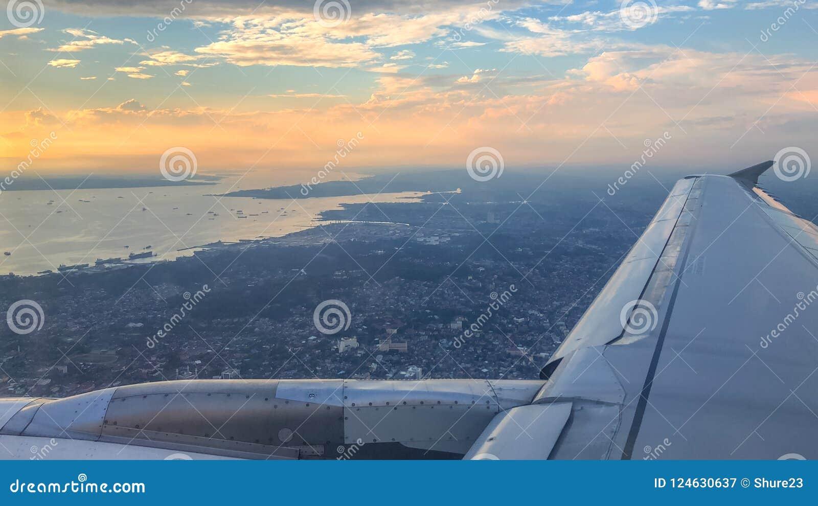 Panorama Aereo Di Tramonto Sopra La Città Di Balikpapan Sull'isola Del  Borneo, Indonesia Immagine Stock - Immagine di aereo, indonesia: 124630637