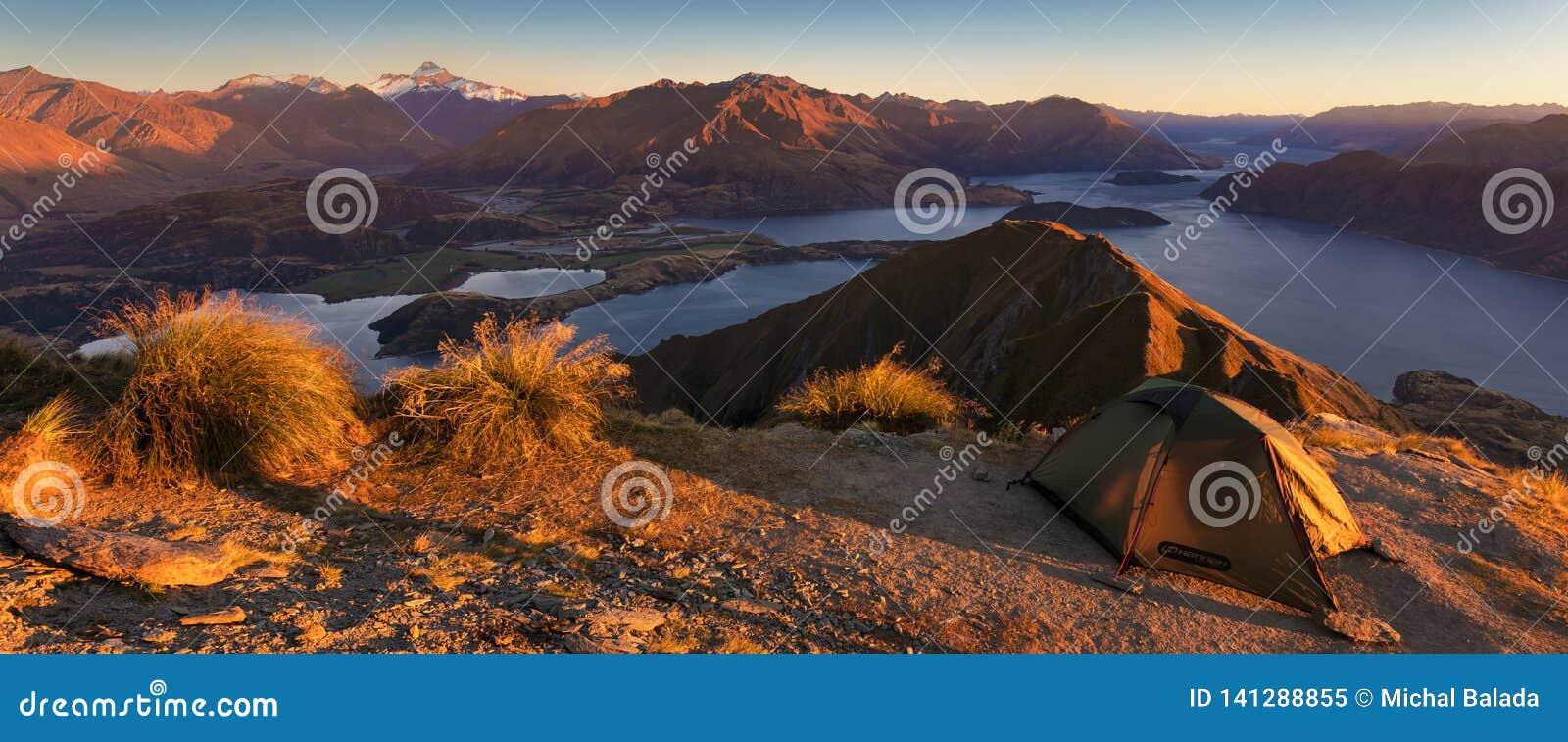 Panorama al tramonto del picco di Roys fra Wanaka e Queenstown con un aspirazione del supporto e del lago e cuoco delle alpi dell