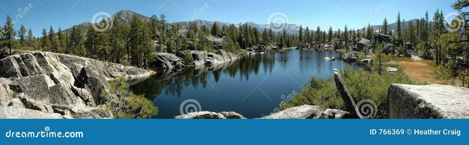 Panorama alpestre del lago en la sierra Nevada