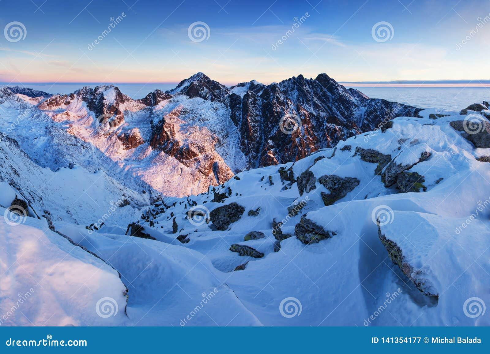 Panorama alto da cordilheira de Tatras do inverno com muitos picos e céu claro Dia ensolarado sobre montanhas nevados