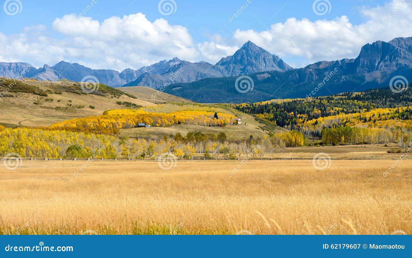 Panorama av Autumn Mountain Valley på Mt Sneffels