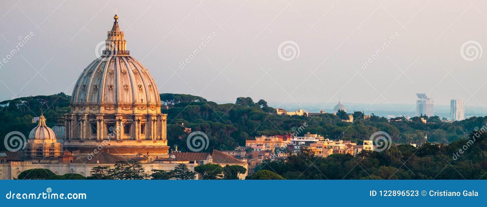 Panorama av basilikan för Rome St Peter ` s och det gröna landskapet