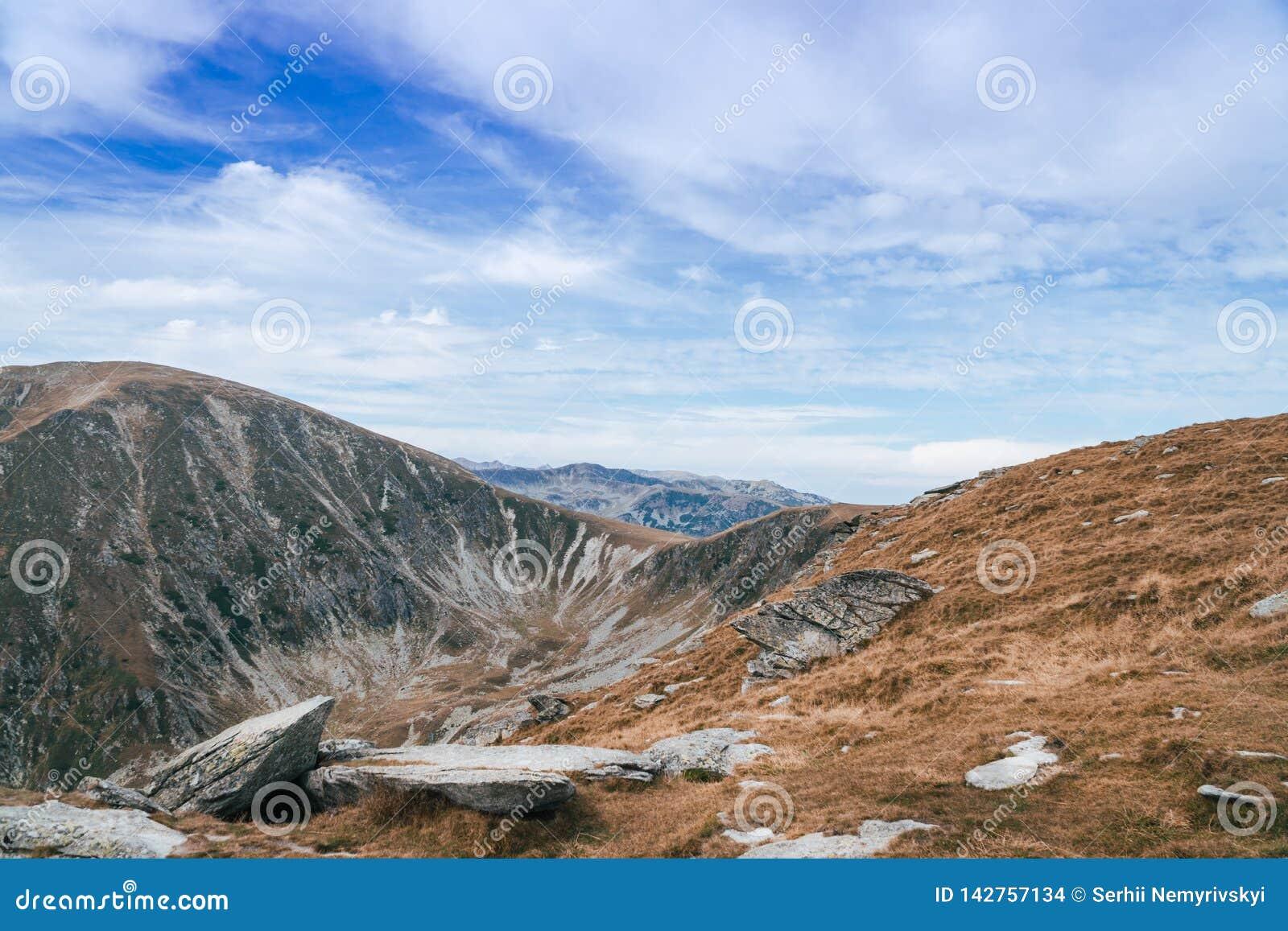 Panorama av Carpathians berg och den berömda Transalpina vägen Romania's sceniska drev Transalpina som klättrar till överkanten