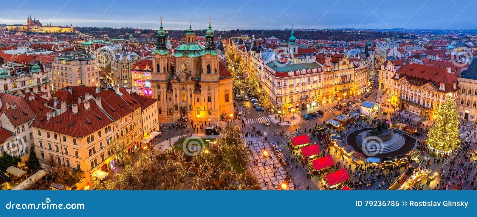 Panorama av den gamla staden av Prague på jultid