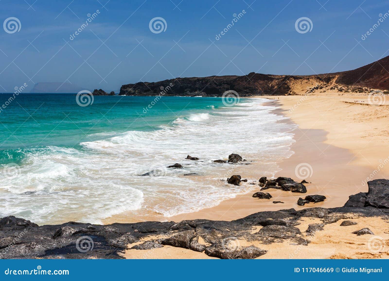 Panorama av den Playa de las Conchas stranden med blå hav- och vitsand La Graciosa, Lanzarote, kanariefågelöar, Spanien