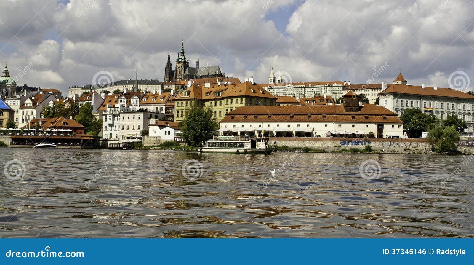 Panorama av den Prague slotten från över den Vltava floden