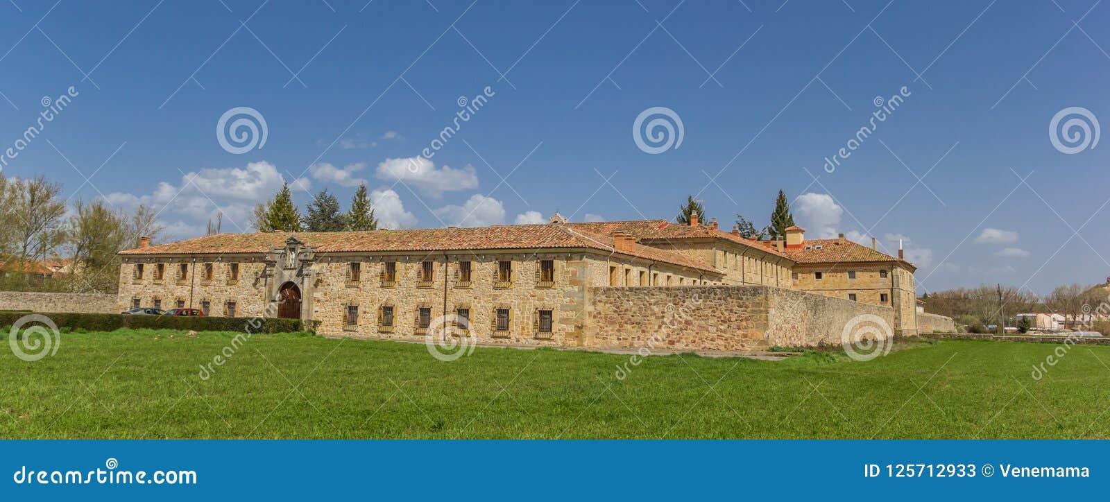 Panorama av den Santa Clara kloster i Aguilar de Campoo
