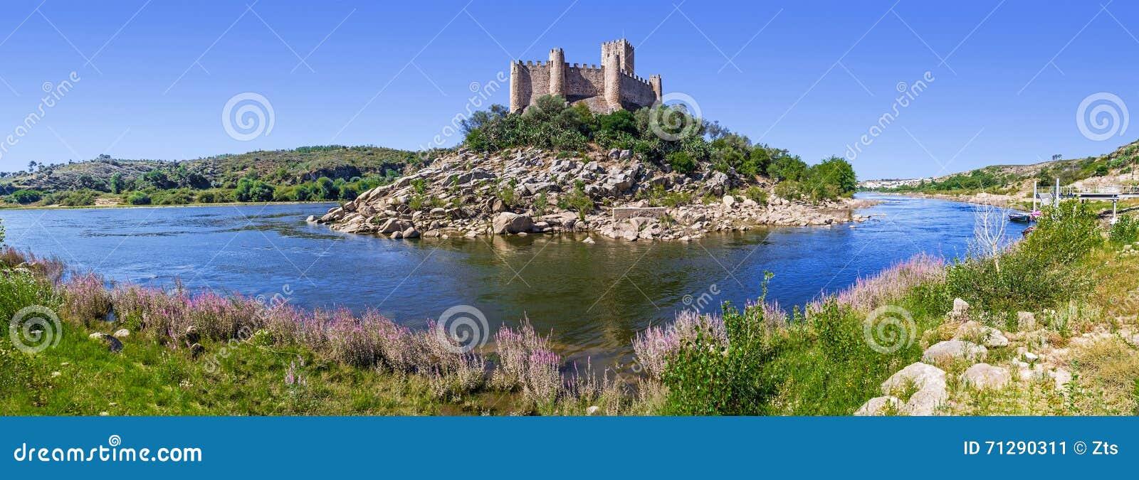 Panorama av den Templar slotten av Almourol och Tagus River