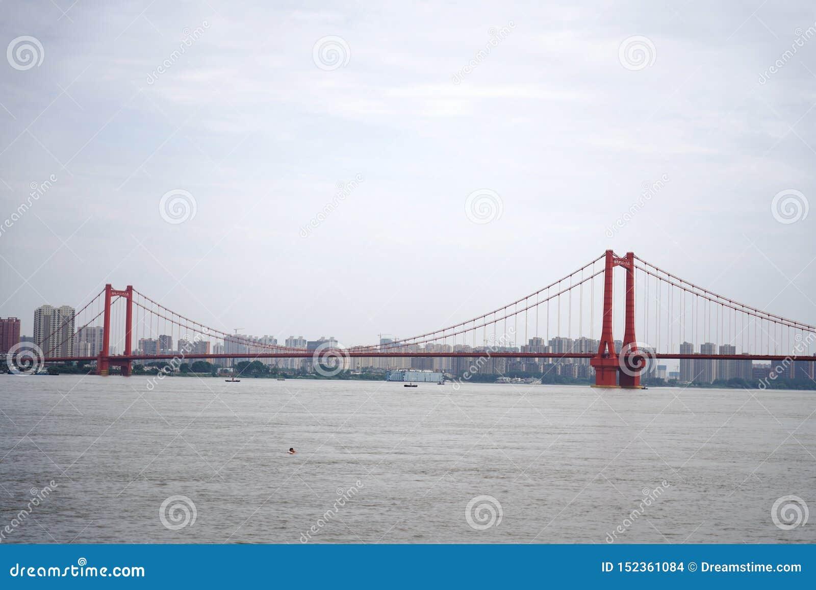 Panorama av den Yingwuzhou Yangtze River bron
