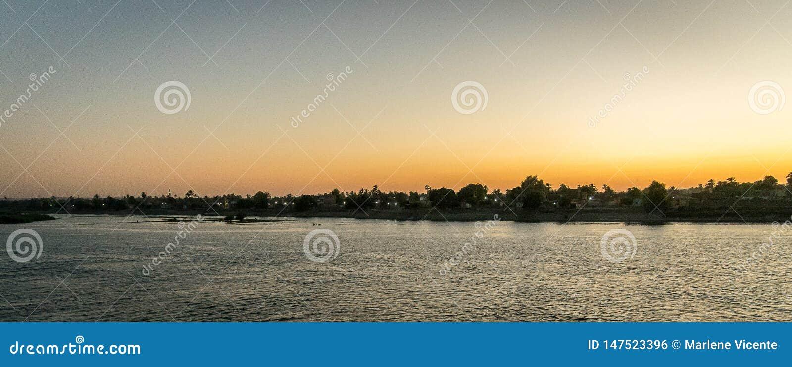 Panorama- av en solnedgång på Nilen egypt