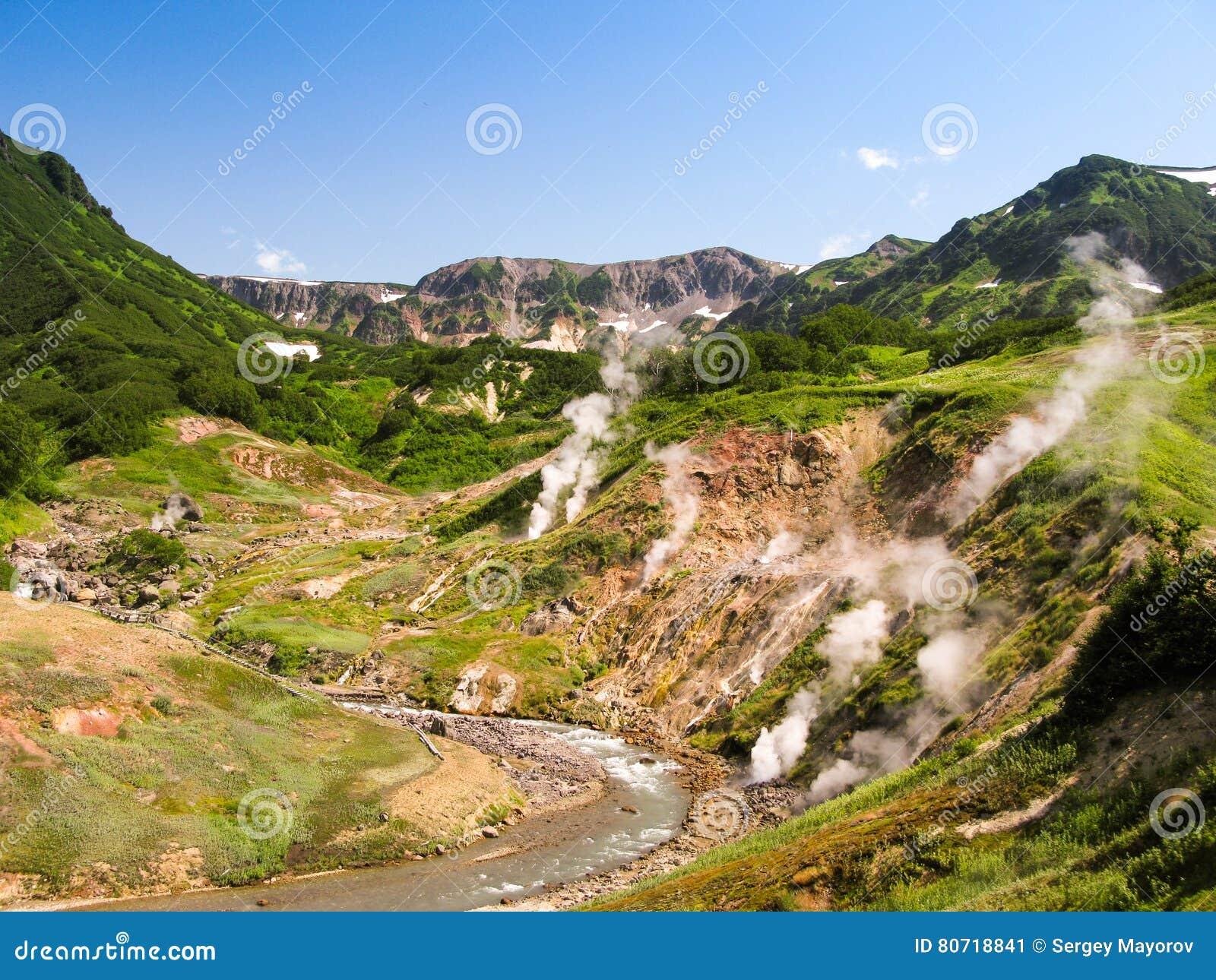 Panorama av Geysersdalen i den Kamchatka halvön Ryssland