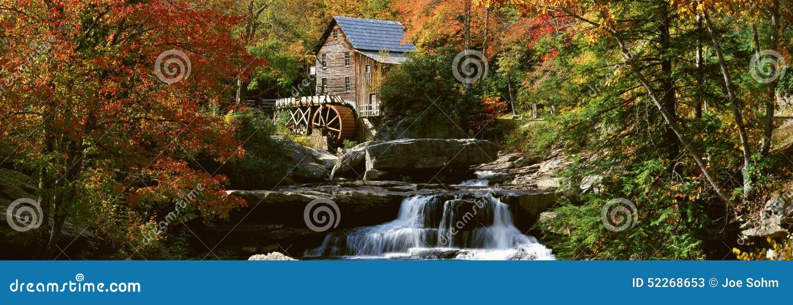 Panorama- av gläntaliten vikmäld Mil och höstreflexioner och vattenfall i den Babcock delstatsparken, WV