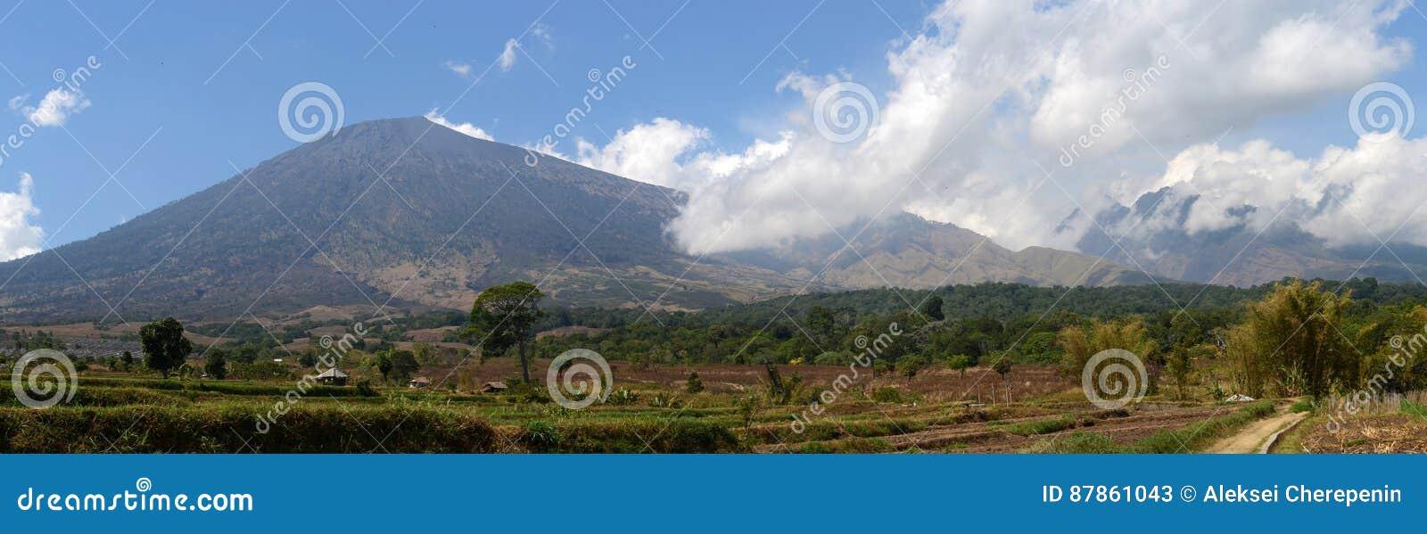 Panorama av monteringen Rinjani eller Gunung Rinjani, aktiv vulkan i Indonesien på ön av Lombok