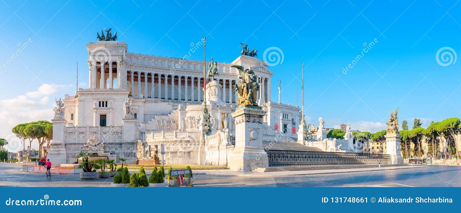 Panorama- av monumentet av Victor Emmanuel II på Venezia Squara på soluppgång