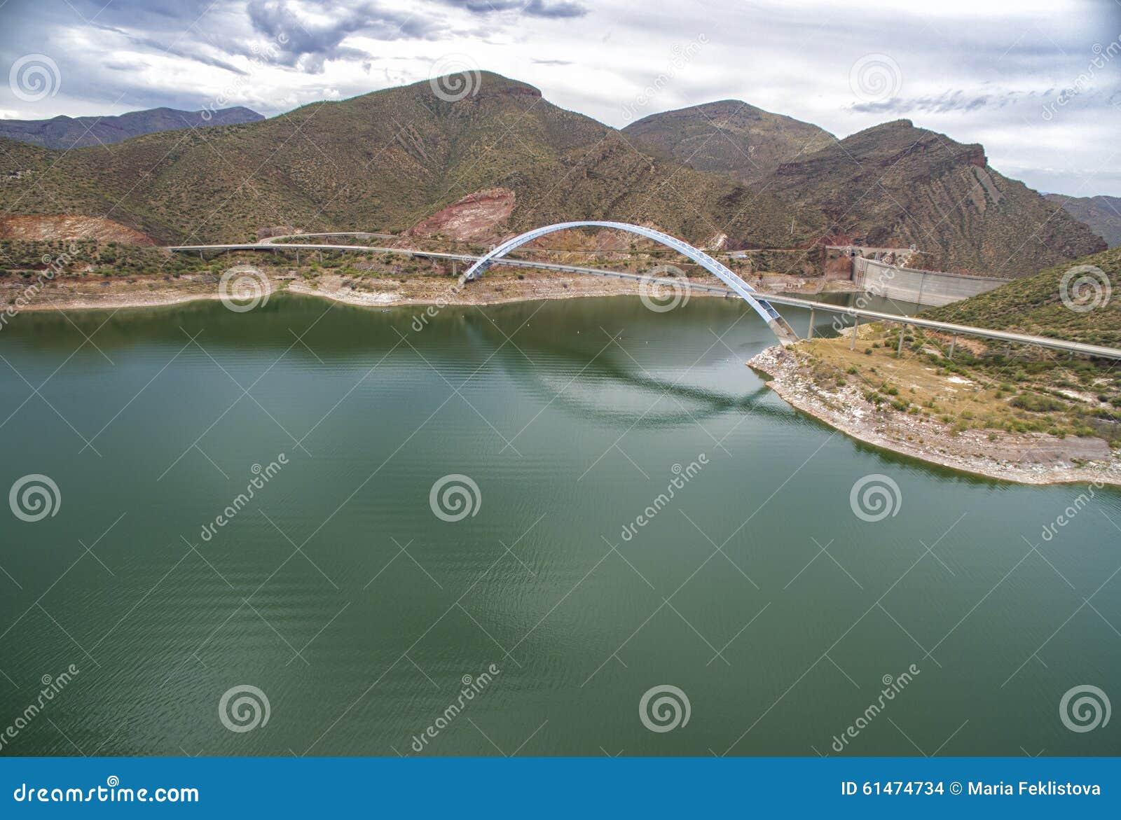 Panorama av Roosevelt sjön och bron, Arizona
