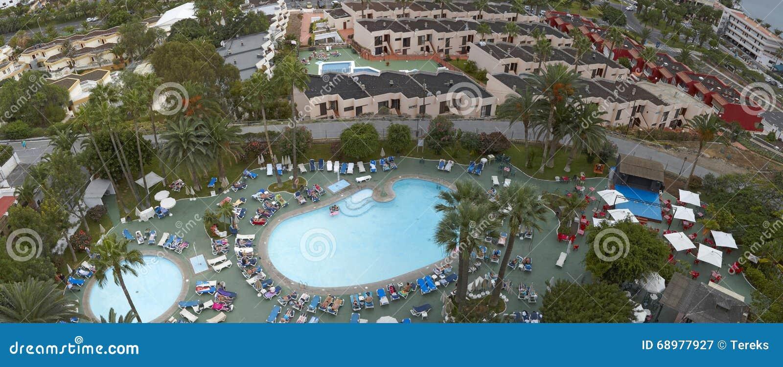 Panorama av simbassängen i ett av hotellen av Tenerife, kanariefågelöar, Spanien