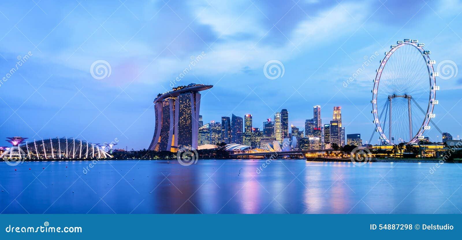Panorama av Singapore horisont vid natt