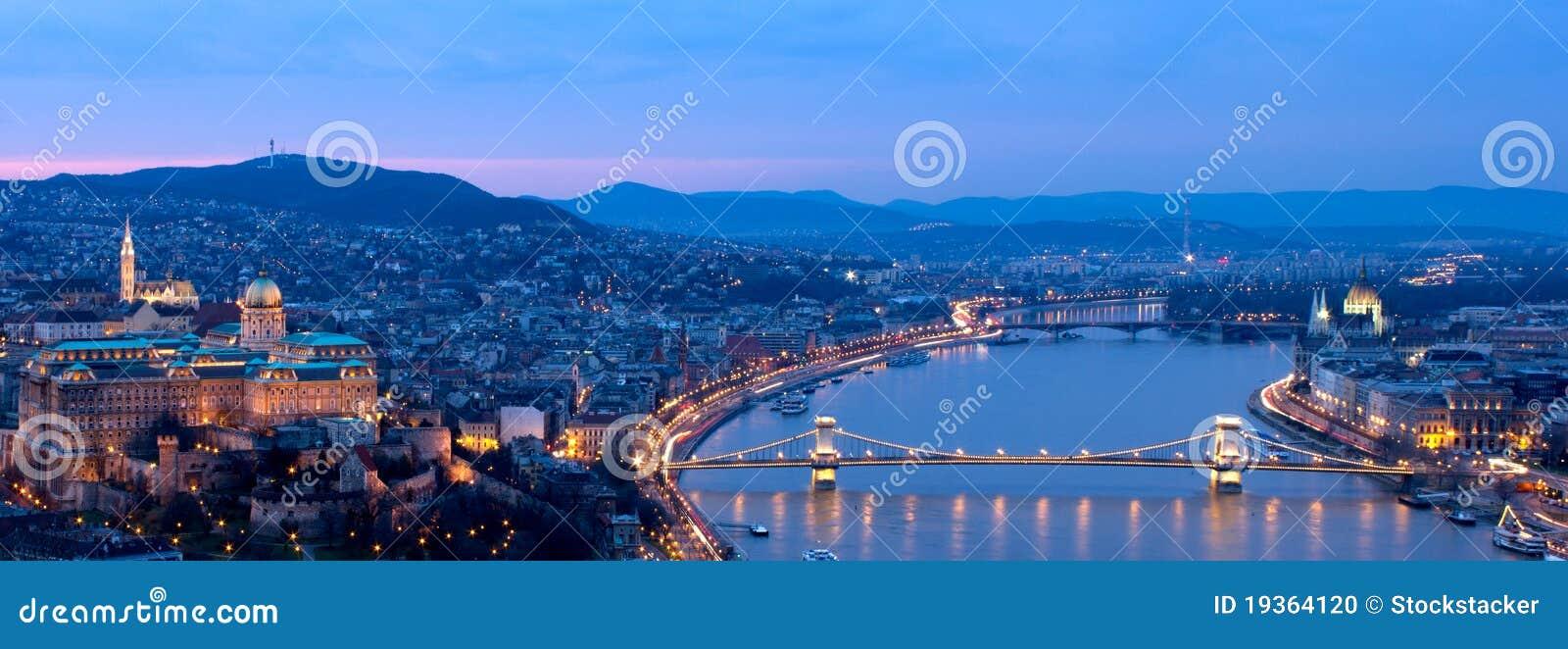 Panorama azul da hora de Budapest