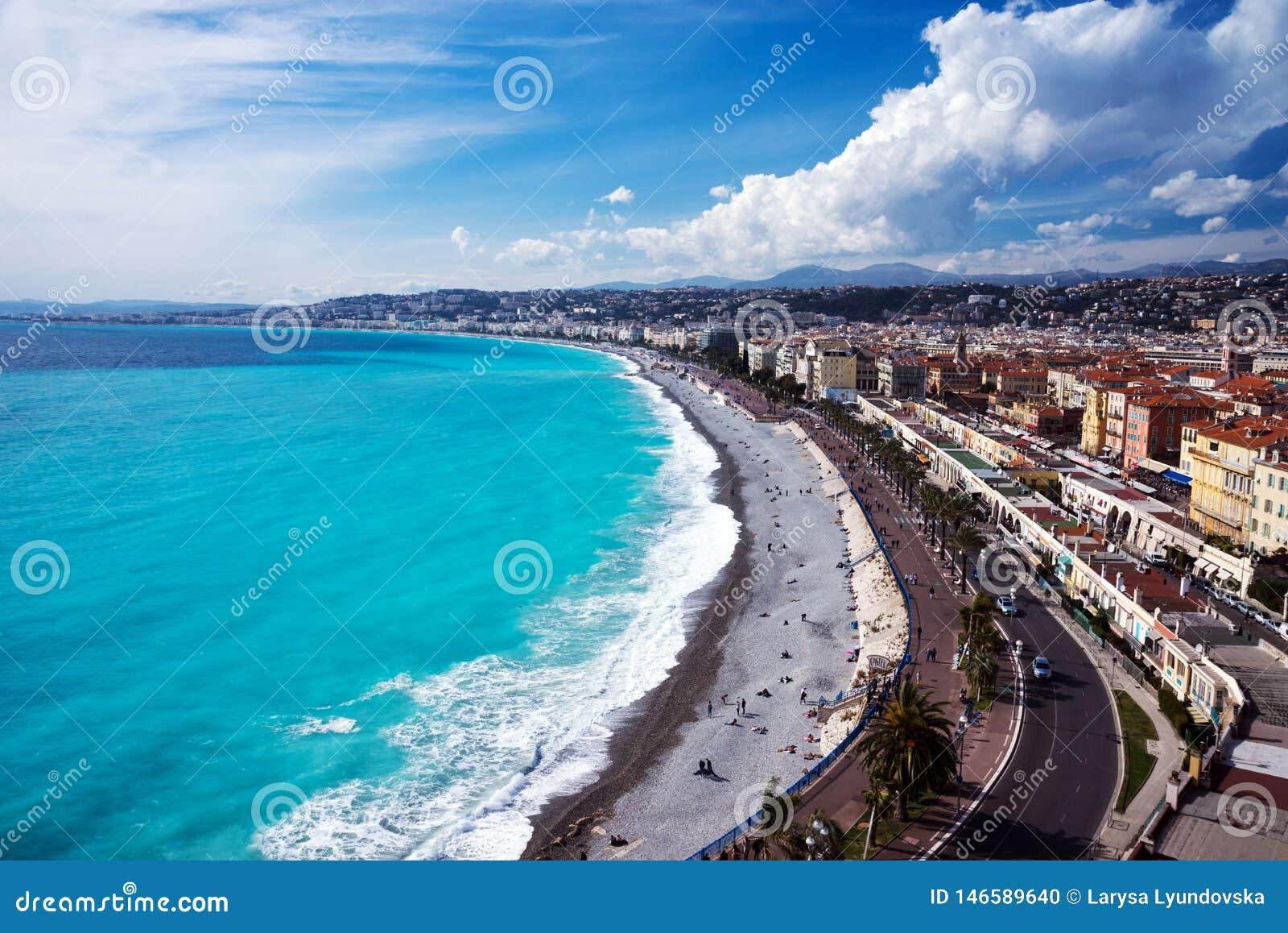 Panorama Azurt hav, v?gor, engelsk promenad och vila f?r folk Vila och avkoppling vid havet