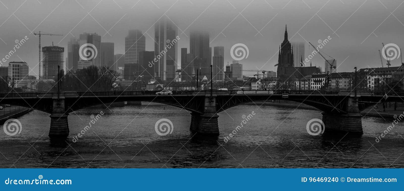 Panorama in bianco e nero sul fiume a Francoforte, Germania
