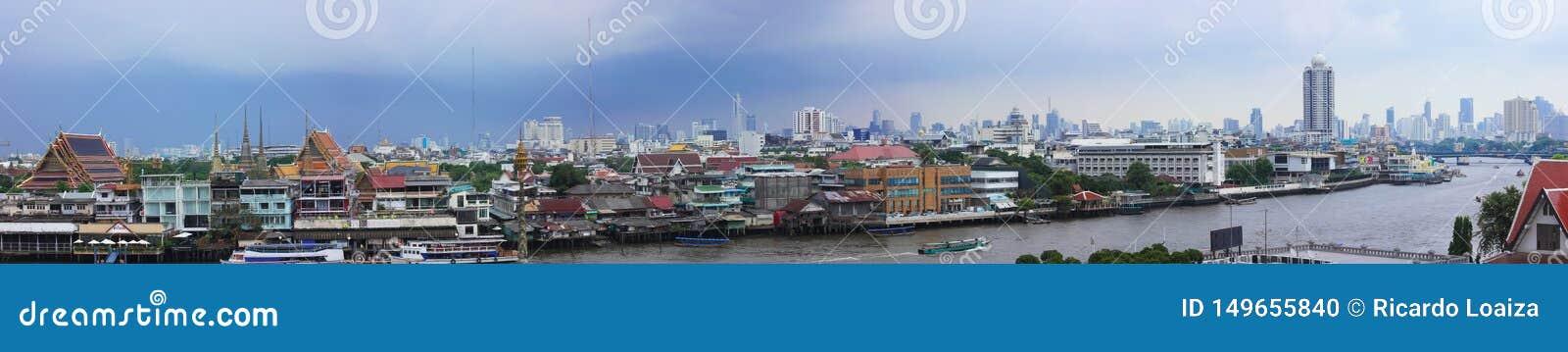 Panorama- bild av Bangkok som visar Chao Phraya River