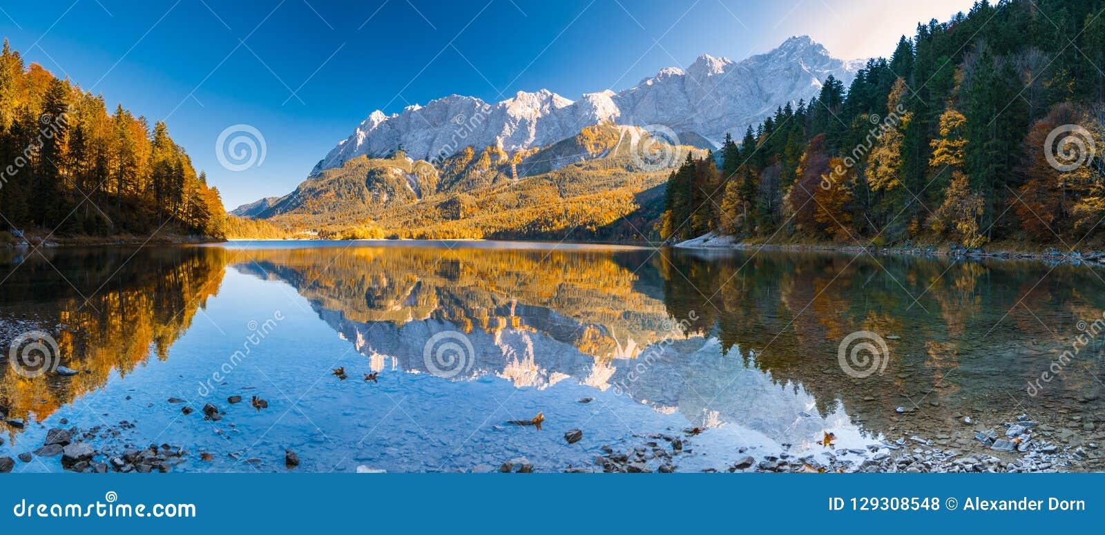 Panorama-Bild von Eibsee während des Herbstes mit dem Zudspitze in den Hintergrund- und Wasserreflexionen