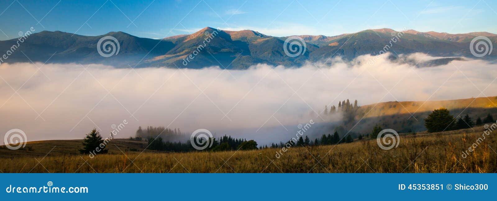 Panorama bleu de montagnes