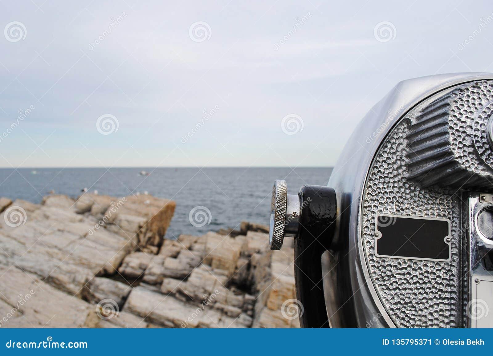 Panorama bonito da costa rochosa de Oceano Atlântico e de binocular estacionário