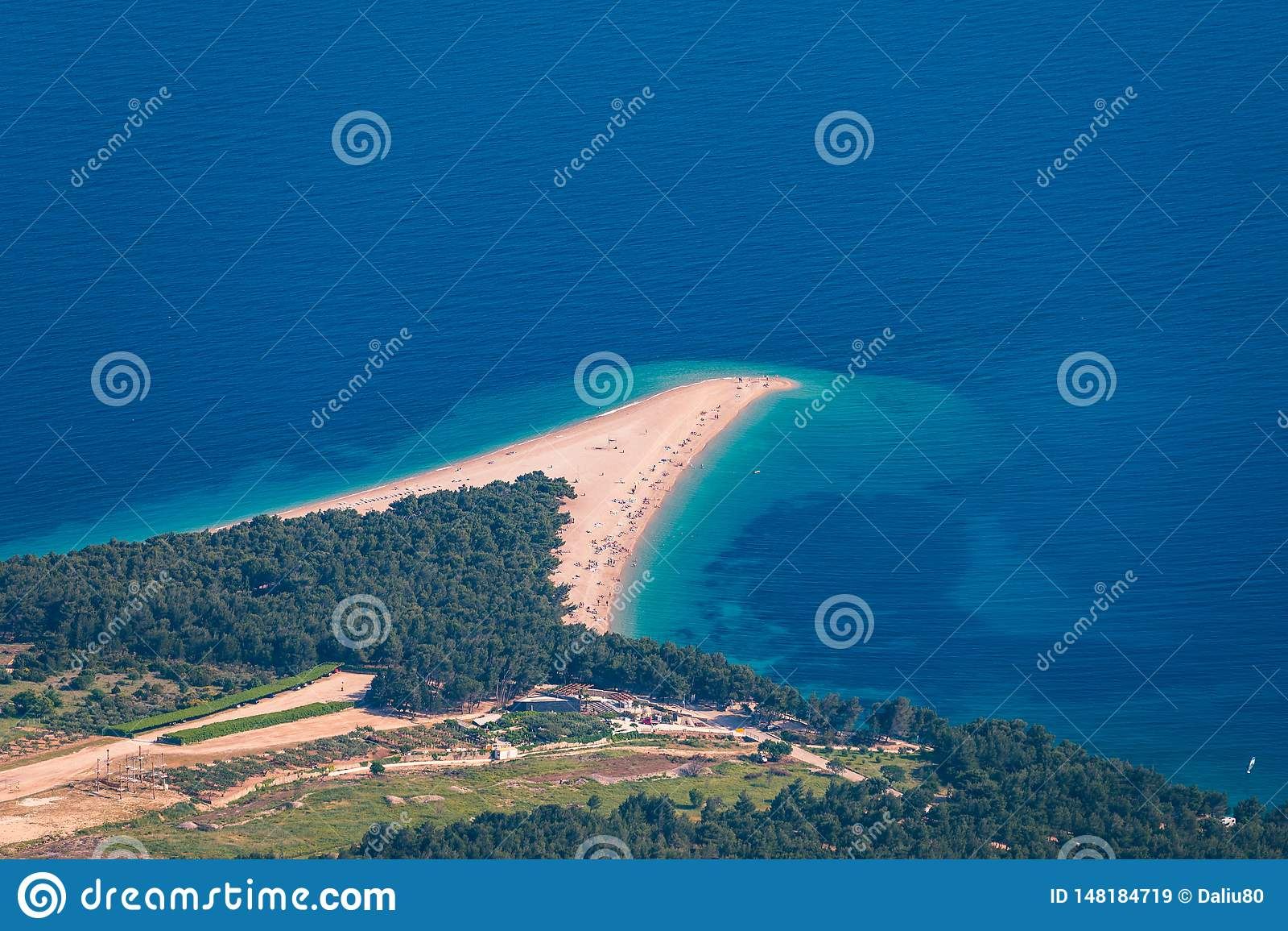 Panorama bonito do rato adri?tico famoso de Zlatni da praia (cabo dourado ou chifre dourado) com ?gua de turquesa, ilha da Cro?ci