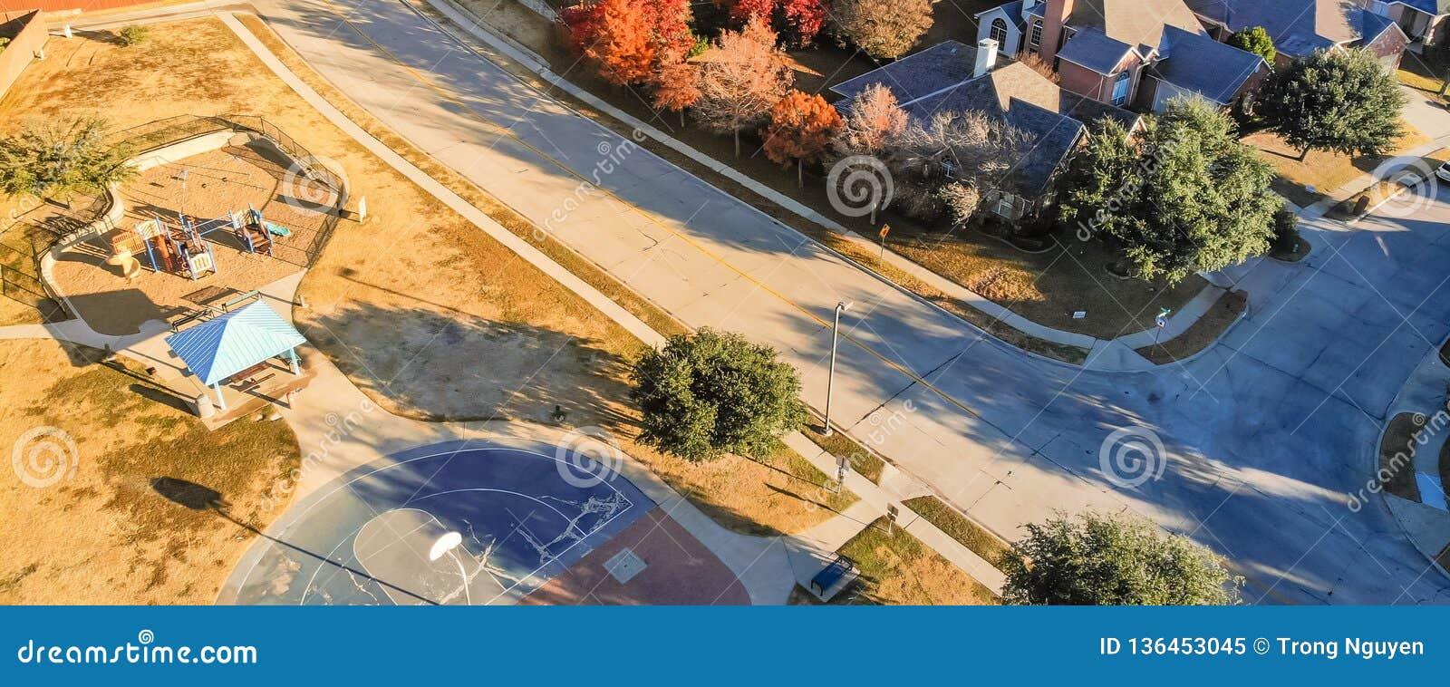Panorama- bostads- lekplats för bästa sikt med den färgrika nedgångbetesmarken