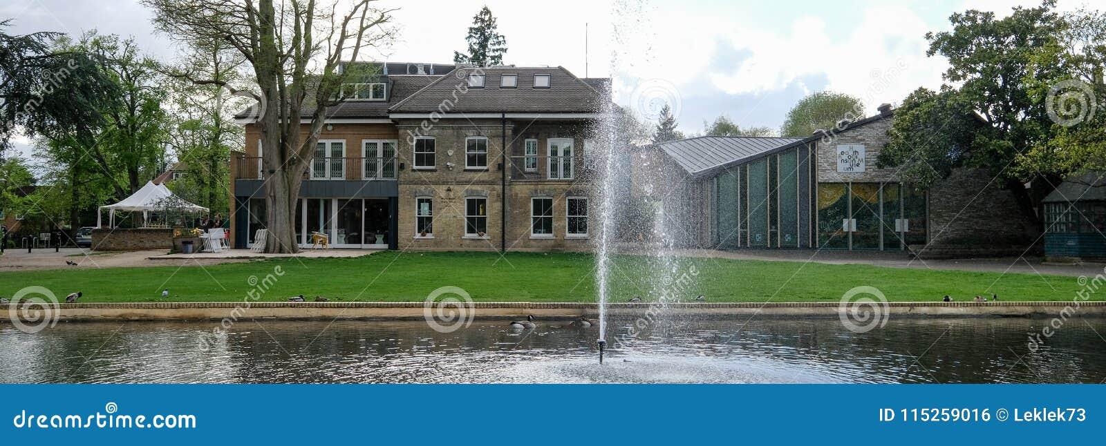 Panorama brać na pogodnym wiosna dniu Pinner Memorial Park, dom i Wrzosowiskowy Robinson muzeum w tle, UK, zachód,