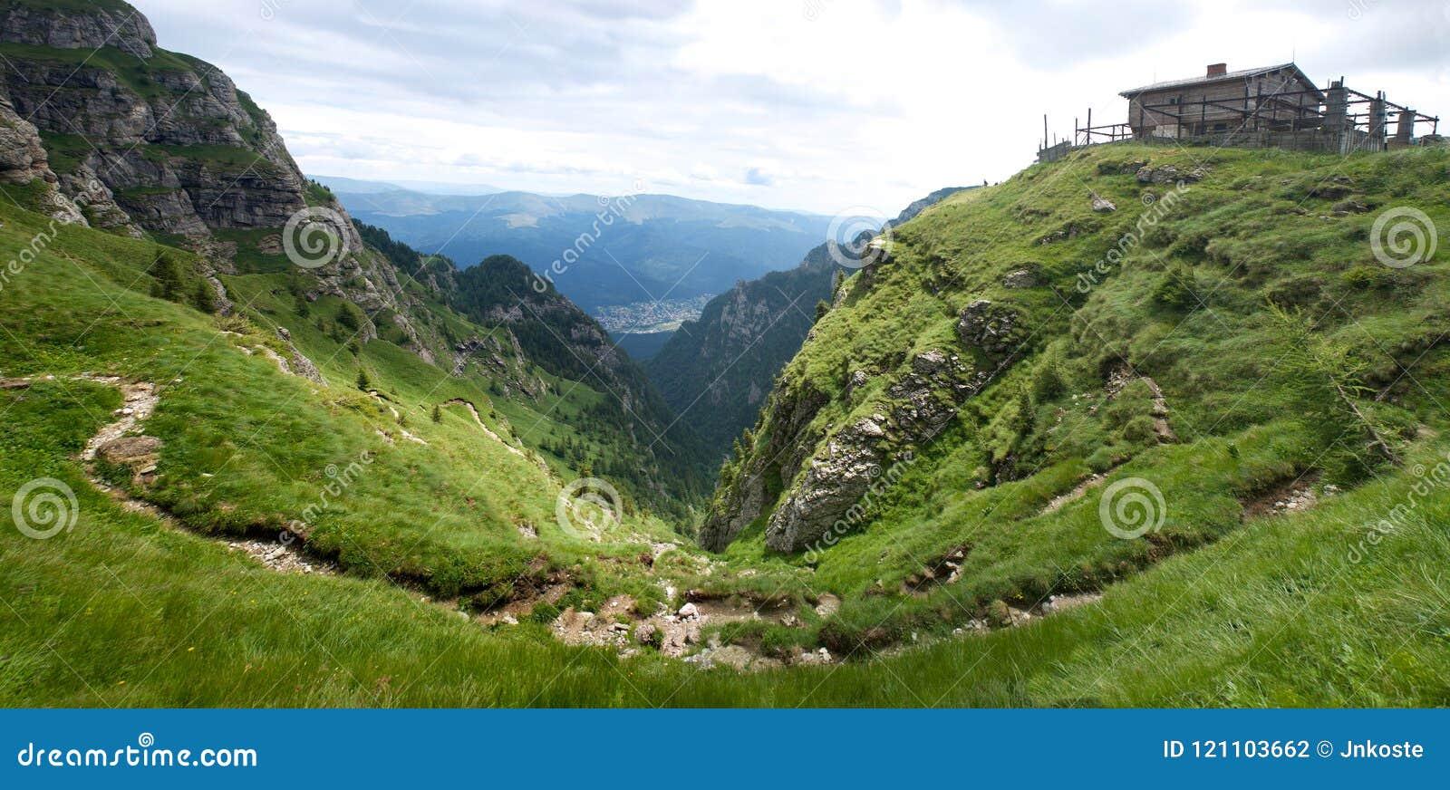 Panorama Cárpatos del valle de las montañas de Bucegi
