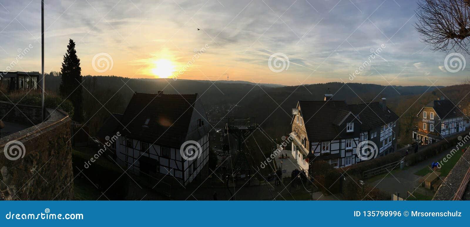 Panorama Chairlift Seilbahn przy Grodowym Burg w Solingen z pięknym widokiem w słońce secie