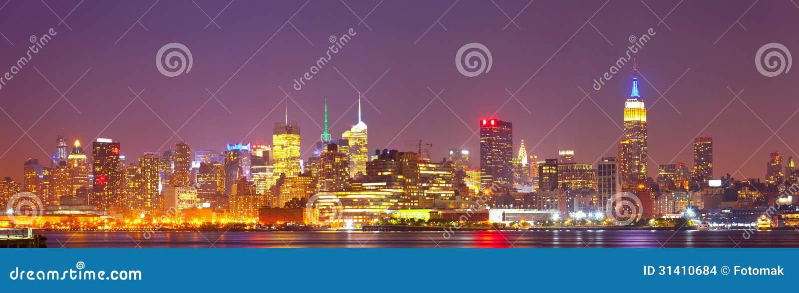 Panorama coloré d horizon de nuit de New York City, Etats-Unis