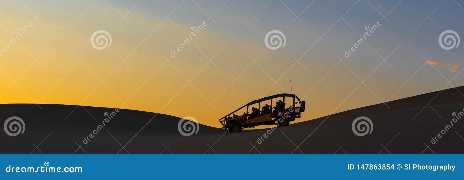 Panorama com erros do deserto no por do sol, AIC, Peru