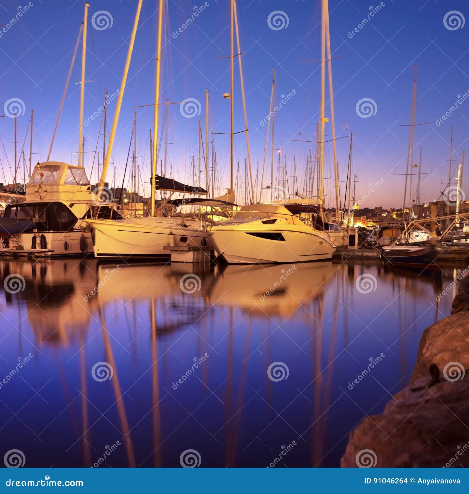 Panorama com os barcos de navigação no porto de Senglea na baía grande, lavadeira