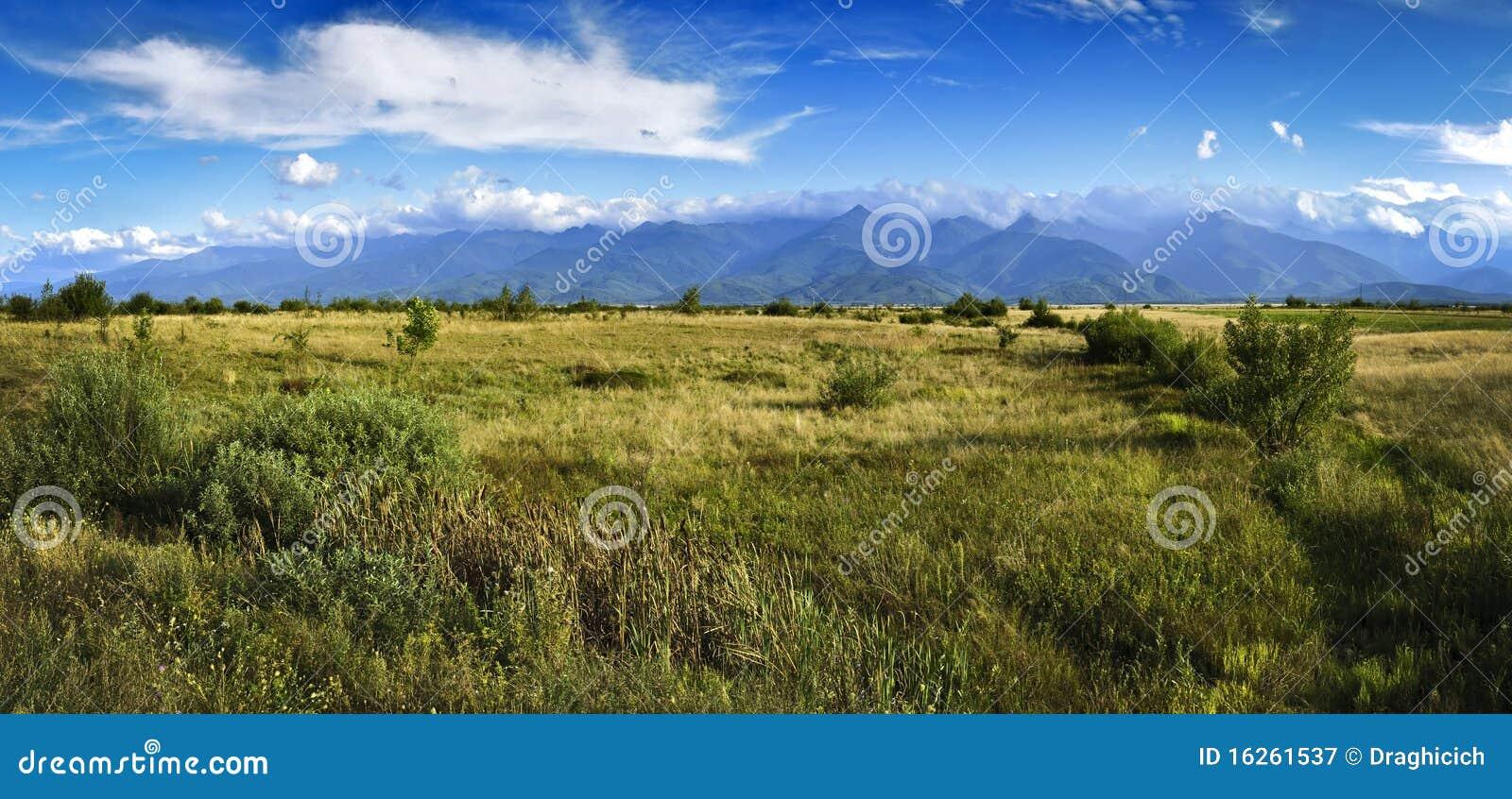 Panorama con le montagne di Fagaras in Transylvania