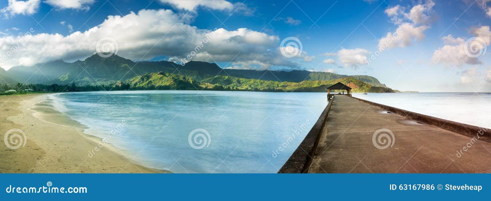 Panorama con pantalla grande de la bahía y del embarcadero de Hanalei en Kauai Hawaii