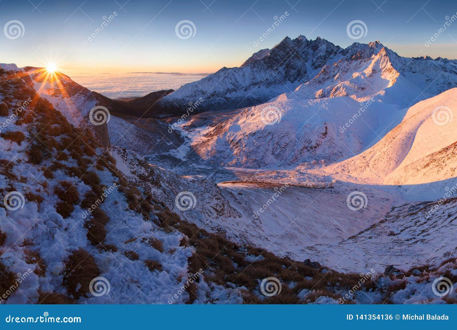 Panorama d altezza della catena montuosa di Tatras di inverno con molti picchi e chiaro cielo da Belian Tatras Giorno soleggiato